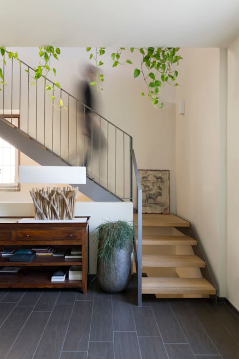 Corredores e halls de entrada  por Studio Ecoarch