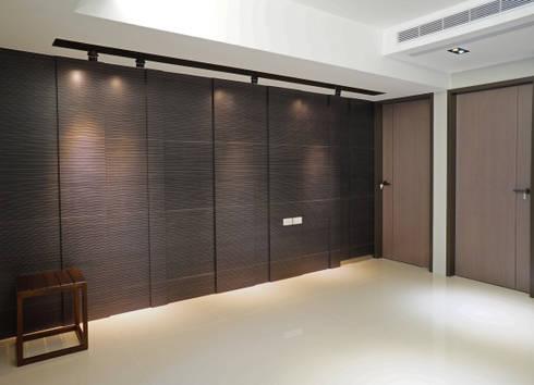全室案例-台北市吳宅:  客廳 by ISQ 質の木系統家具