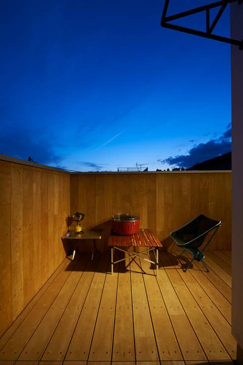 三軒茶屋の家 -都市でも気持ちよく住まう家-: (有)菰田建築設計事務所が手掛けたベランダです。