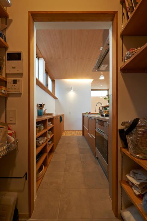 三軒茶屋の家 -都市でも気持ちよく住まう家-: (有)菰田建築設計事務所が手掛けたキッチンです。