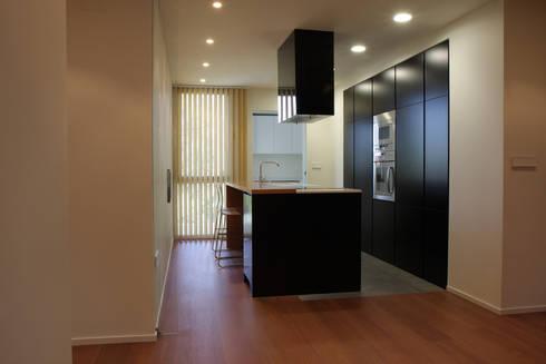 Cocina Apartamento JM: Cocinas de estilo minimalista de ATYCO