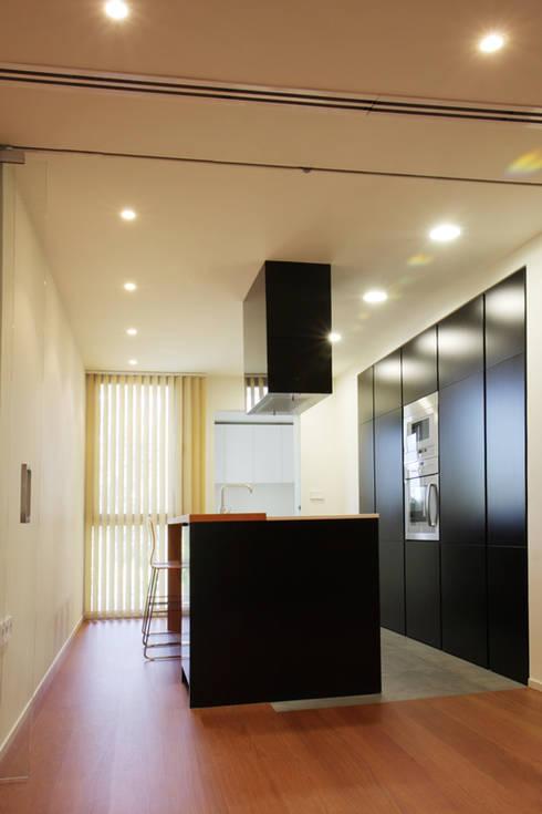 Apartamento JM: Cocinas de estilo minimalista de ATYCO