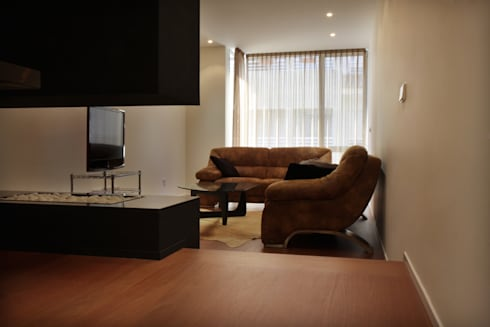 Sala de estar Apartamento JM: Comedores de estilo minimalista de ATYCO