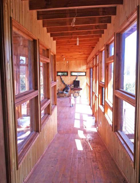 Casa Ecológica en Olmué: Pasillos y hall de entrada de estilo  por Nido Arquitectos