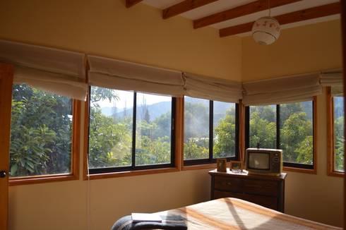 Casa Ecológica en Olmué: Dormitorios de estilo rústico por Nido Arquitectos