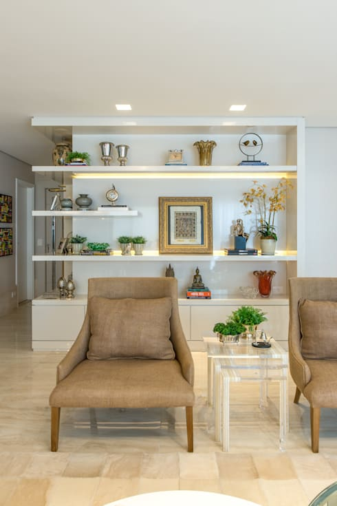 غرفة المعيشة تنفيذ Chris Brasil Arquitetura e Interiores