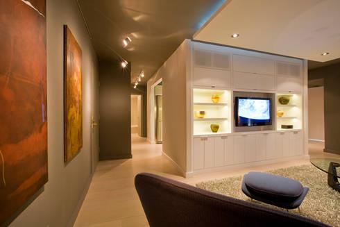 Flat in McLean, VA:  Corridor & hallway by FORMA Design Inc.
