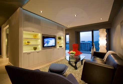 Flat in McLean, VA: modern Living room by FORMA Design Inc.