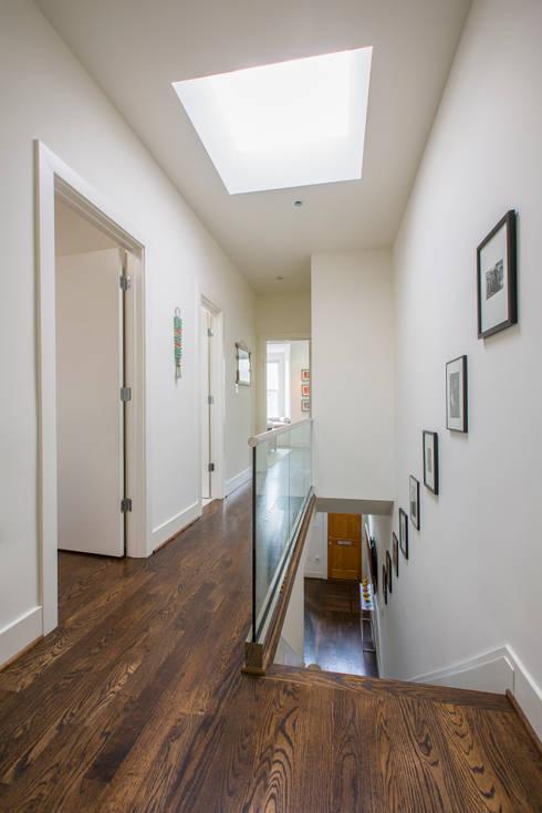 Shaw Rowhouse:  Corridor & hallway by FORMA Design Inc.