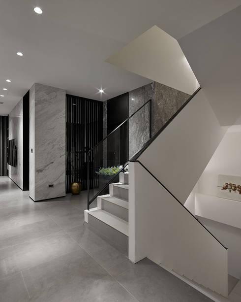 House D 鄧宅:  走廊 & 玄關 by 構築設計