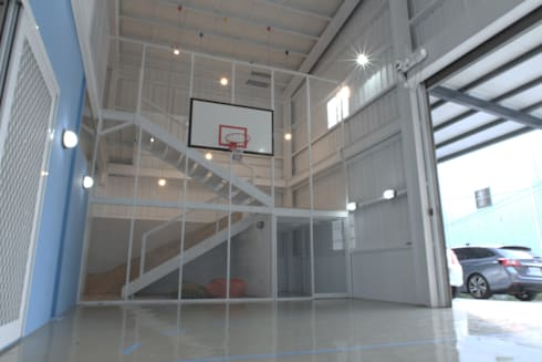 Weekend House:  車庫/遮陽棚 by 構築設計