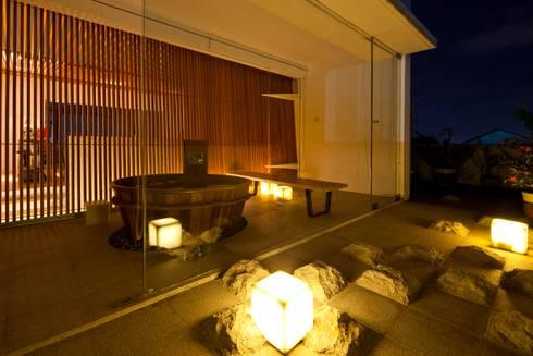 M11 House:  Phòng khách by a21studĩo