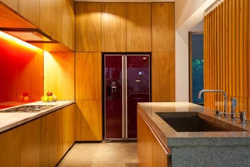M11 House:  Nhà bếp by a21studĩo