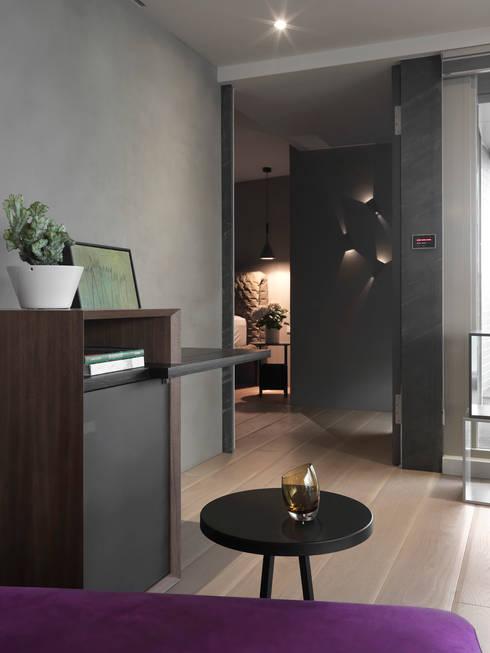 JJ HOUSE:  走廊 & 玄關 by 禾築國際設計Herzu  Interior Design