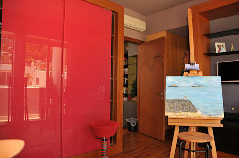 Warna Merah Sebagai Focal Point:  Multimedia room by E&U