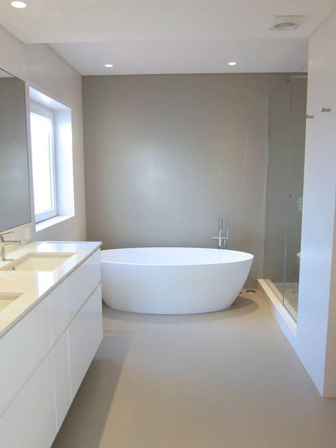 Casa CA231 - Instalação sanitária casal: Casas de banho  por The Spacealist - Arquitectura e Interiores