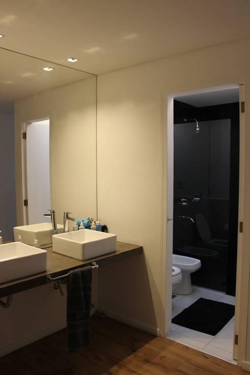 Baños de estilo moderno por DUA Arquitectos