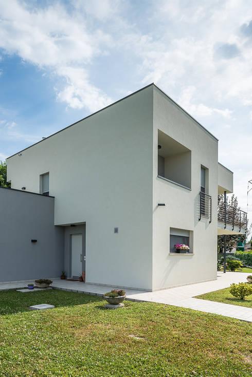 Architettura moderna: Casa unifamiliare in stile  di Woodbau Srl