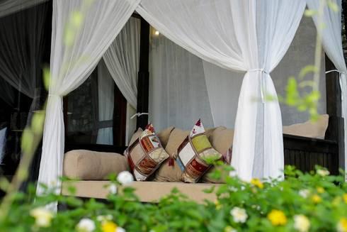 Daybed :  Balconies, verandas & terraces  by Credenza Interior Design