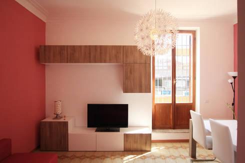 Vista della zona TV del Soggiorno: Soggiorno in stile in stile Moderno di EMC2Architetti