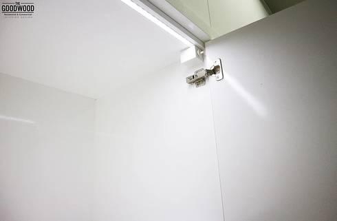 White Minimalist Wardrobe:  Kamar Tidur by The GoodWood Interior Design