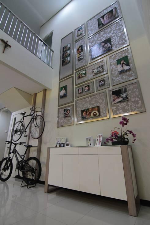 Rumah Tinggal:  Corridor, hallway & stairs by Contheme Design