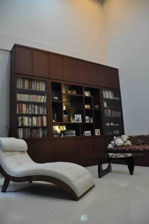Rumah Tinggal:  Multimedia room by Contheme Design