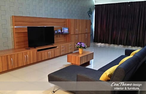 Rumah Tinggal:  Living room by Contheme Design