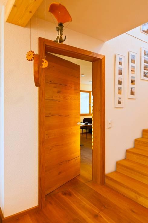 Puertas de estilo  por Skan-Hus Projekt GmbH