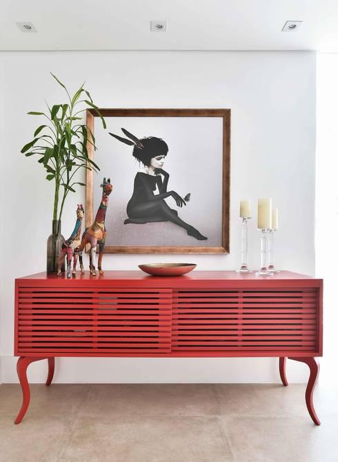 Bufê 180 Ripado Cabriolet Vermelho: Sala de estar  por Move Móvel  Criação de Mobiliário
