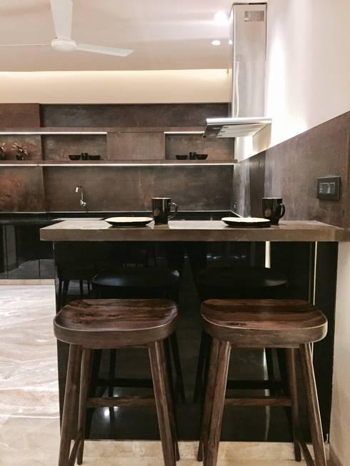 Iscon Platinum Show Apartment :  Kitchen by Studio R designs