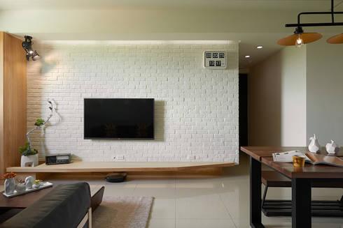 文化石電視牆面:  客廳 by 趙玲室內設計