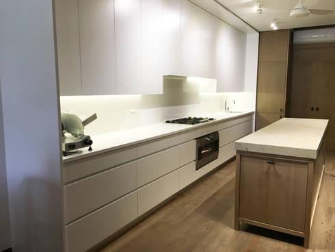 Kitchen in umbria cucina in umbria di zanzottidesign for Piani scrivania stile artigiano