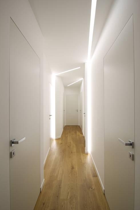Appartamento a Termini Imerese PA: Ingresso & Corridoio in stile  di Giuseppe Rappa & Angelo M. Castiglione