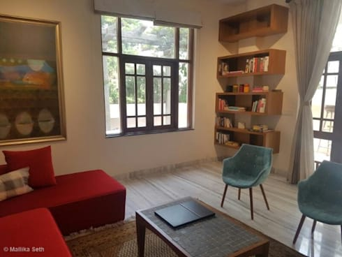 Renovation & Interiors for a Duplex Apartment: modern Living room by Mallika Seth