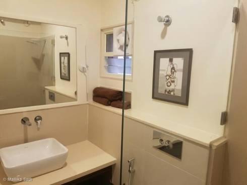 Renovation & Interiors for a Duplex Apartment: modern Bathroom by Mallika Seth