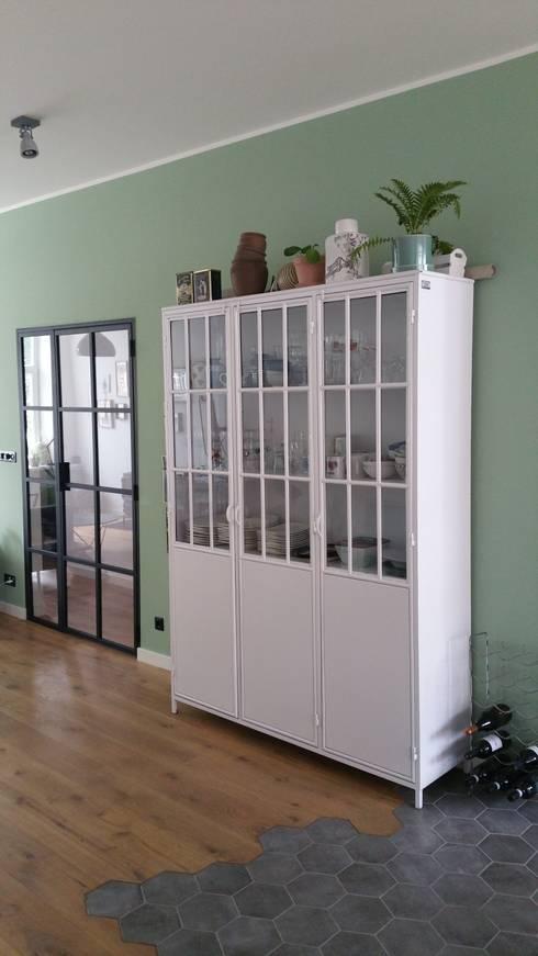 Speelse vloerovergang: moderne Woonkamer door Vine Home Design