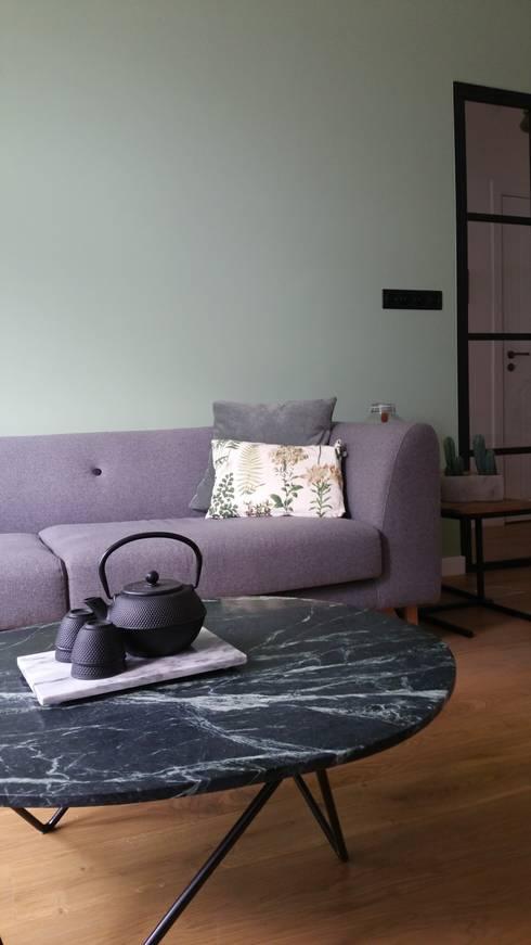 Groen marmer is helemaal in!:  Woonkamer door Vine Home Design