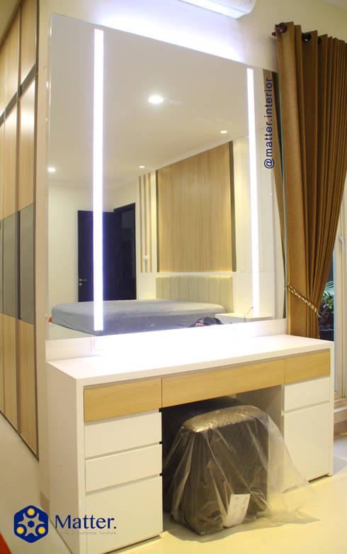 Vanity desk / Dresser table/ Meja rias:  Kamar Tidur by Matter Interior