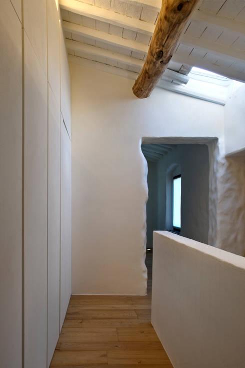 037_CASALE IN CAMPAGNA : Spogliatoio in stile  di MIDE architetti