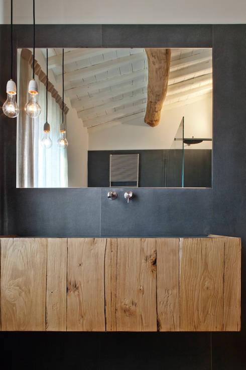 037_CASALE IN CAMPAGNA : Bagno in stile  di MIDE architetti