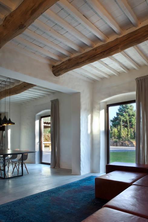 037_CASALE IN CAMPAGNA : Finestre in legno in stile  di MIDE architetti