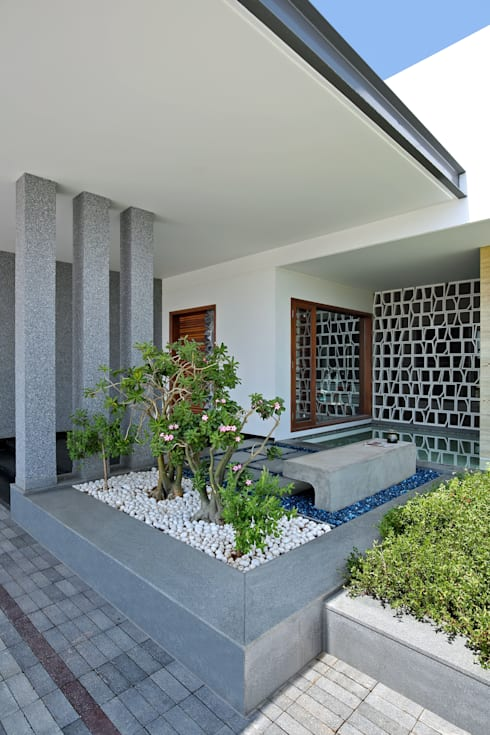kabir bungalow:  Terrace by USINE STUDIO