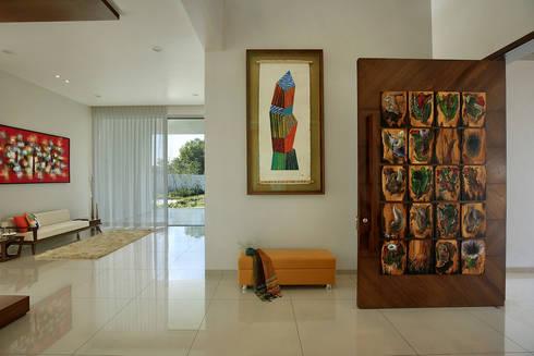 akshay shah (samruddhi bungalow):  Corridor & hallway by USINE STUDIO