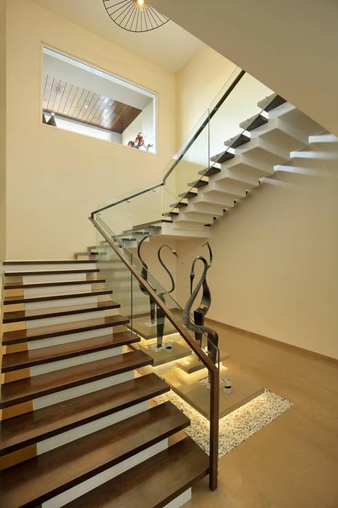 shree bungalow:  Corridor & hallway by USINE STUDIO