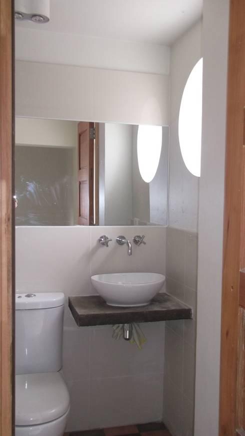 CASA DUHAUT: Baños de estilo minimalista por AOG SPA