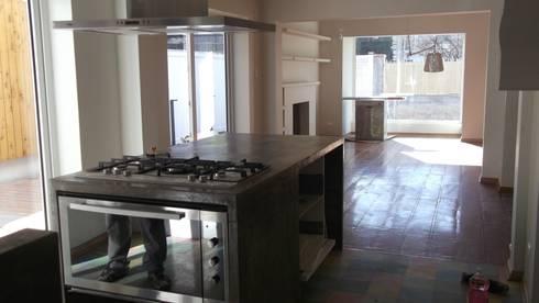 CASA DUHAUT: Cocinas equipadas de estilo  por AOG SPA