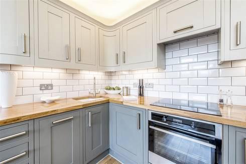 Bristol House:  Kitchen units by Maxmar Construction LTD