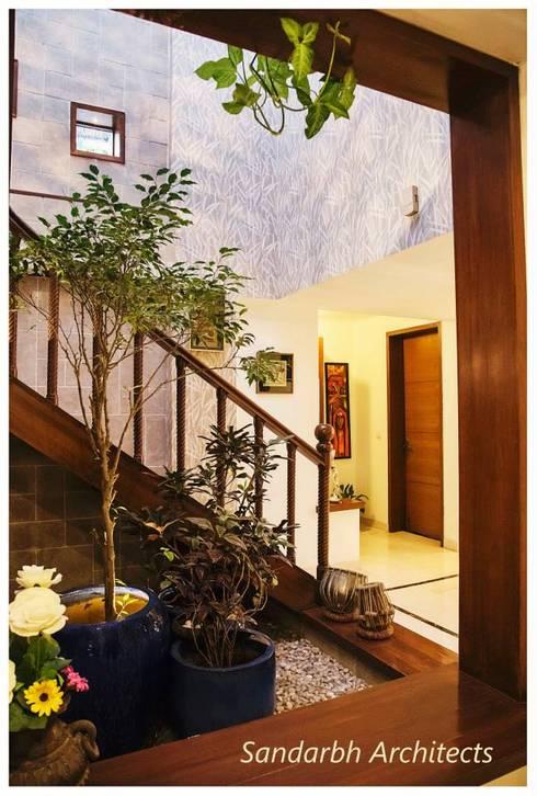 Rahaman's residence:  Corridor & hallway by Sandarbh Design Studio