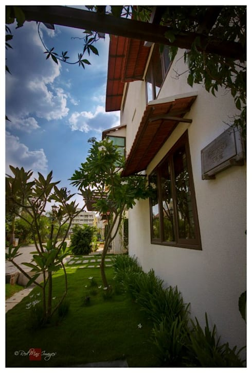 Kannan—Sonali and Gaurav's residence:  Front yard by Sandarbh Design Studio
